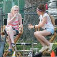 En plein repos, Dakota Fanning et Elizabeth Olsen en plein tournage de Very Good Girls, à New York le 5 juillet 2012