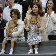Les jumelles Myla et Charlene, avec leur maman Mirka, n'ont rien manqué du retour de leur papa Roger Federer au sommet de Wimbledon et de l'ATP, dimanche 8 juillet 2012 à Londres.