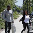 Très amoureux, Kanye West et Kim Kardashian font du shopping à Woodlands Hills le 9 juillet 2012