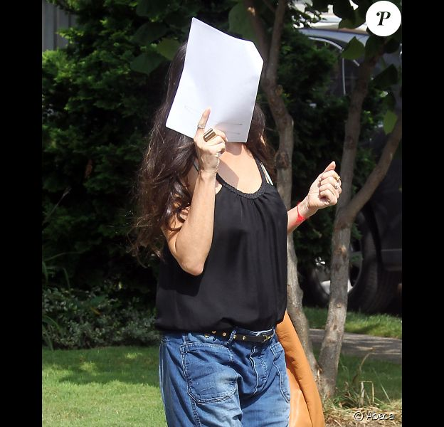 Demi Moore se cachant sur le tournage du film Very Good Girls le 9 juillet 2012 à New York