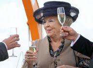 La reine Beatrix au champagne tandis que le prince Charles se ressert une bière