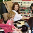 Alyson Hannigan se rend dans un centre de manucure et pédicure avec sa fille Satyana, le samedi 14 juillet 2012.