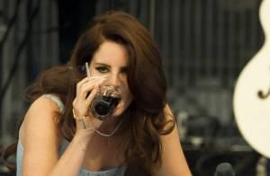 Lana Del Rey : Cigarette et boisson sur scène, plus gangsta que Nancy Sinatra