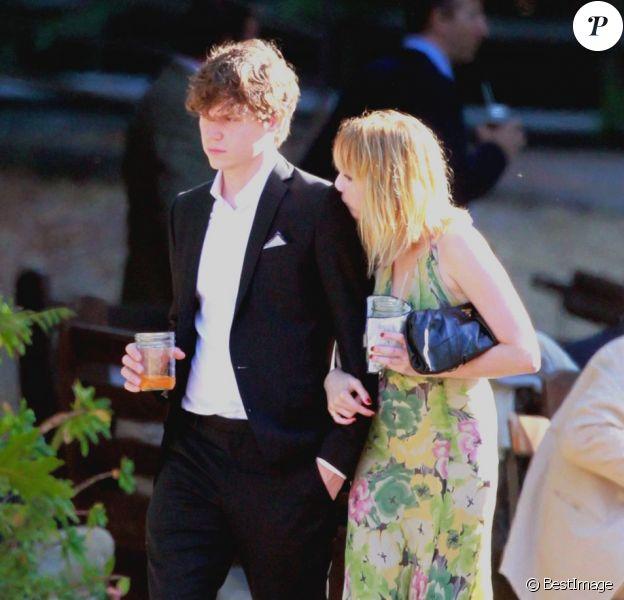 """Emma Roberts assiste au mariage d'Emily Current à Santa Barbara le 14 juillet 2012 au bras d""""un mystérieux inconnu qu'elle ne quitte plus."""