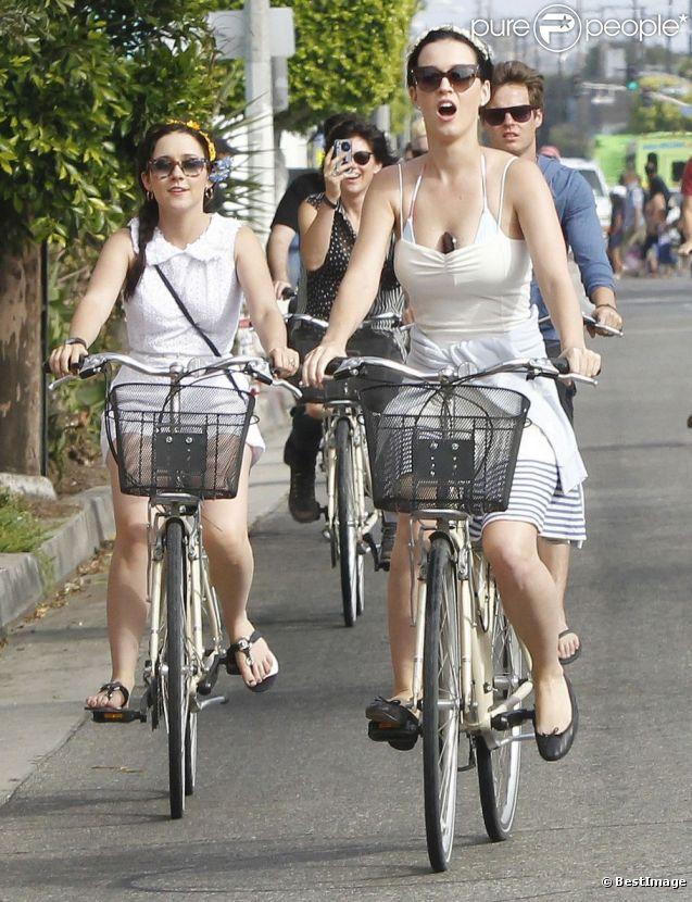 Katy Perry, au naturel, se promène en vélo avec ses amis à Venice Beach, Californie, le 4 juillet 2012.