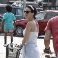 Katy Perry se balade en vélo avec ses amis à Venice Beach, Californie, le 4 juillet 2012.
