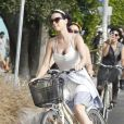 """""""Katy Perry se balade en vélo avec ses amis à Venice Beach, Californie, le 4 juillet 2012."""""""