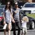 Pete Wentz, sa compagne Meagan Camper et son fils Bronx apprécient une petite journée en famille à Los Angeles le 17 juillet 2012
