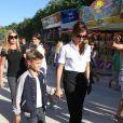 Victoria Beckham tente de passer incognito dans les rues de Paris avec son fils Roméo le 23 juillet 2012