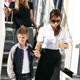 Victoria Beckham dans les rues de Paris avec son fils Roméo le 23 juillet 2012