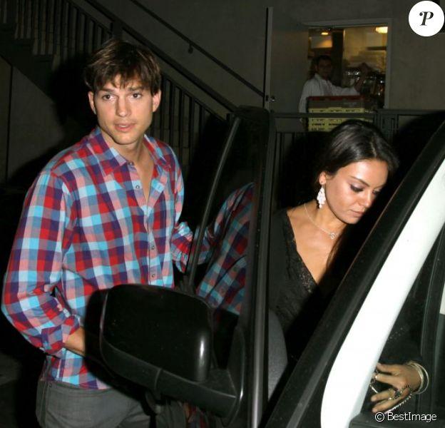 Mila Kunis et Ashton Kutcher ont passé un moment romantique au Duplex Restaurant, à Los Angeles. Jeudi 26 juillet 2012