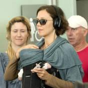 Maggie Gyllenhaal, son bébé contre son coeur, en balade avec mari et mère