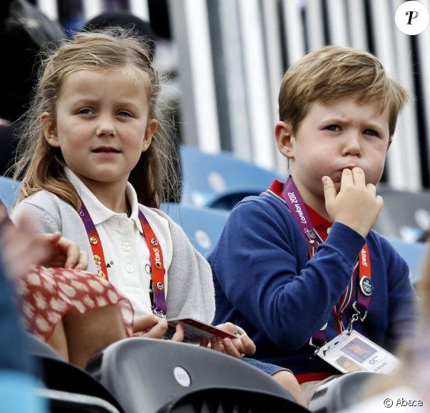 La princesse Isabella et le prince Christian de Danemark avec leurs parents la princesse Mary et le prince Frederik à Greenwich Park le 7 août 2012 pour encourager la princesse Nathalie de Sayn-Wittgenstein-Berleburg, en compétition avec Digby dans le concours de dressage individuel et par équipes des Jeux olympiques.