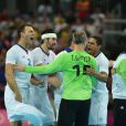 Titi Omeyer félicite ses partenaires... Les Experts du handball français sont venus à bout, mercredi 8 août 2012, de l'Espagne (23-22) en quart de finale du tournoi olympique, au terme d'un match crispant conclu sur une banderille de William Accambray à la toute dernière seconde.