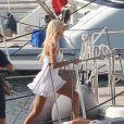 Victoria Silvstedt dévoile ses superbes gambettes lorsqu'elle passe des vacances de rêve à bord d'un somptueux yacht au port de Porto Cervo, en Sardaigne, le 8 août 2012