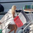 Le top model Victoria Silvstedt passe des vacances de rêve à bord d'un somptueux yacht au port de Porto Cervo, en Sardaigne, le 8 août 2012