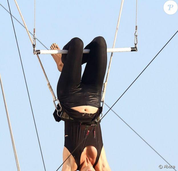 Jessica Stroup se lance dans un numéro de trapèze sur le tournage de la série 90210 à Los Angeles le 8 août 2012