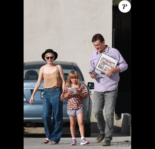 Michelle Williams, sa fille Matilda, et son compagnon Jason Segel, à Glendale le 10 août 2012