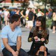 Lea Michele et son partenaire Dean Geyer, complices, sur le tournage de la série Glee, le 11 août 2012 à New York