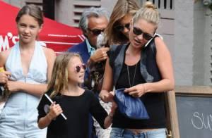 Kate Moss, occupée au téléphone, délaisse son adorable fille Lila Grace