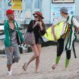 Lindsay Lohan doit enfiler un mateau quand le soleil se cache lorsqu'elle passe du temps avec quelques amis à Malibu, Los Angeles, le 12 août 2012