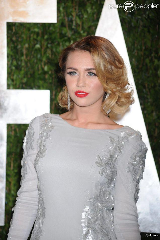 Miley Cyrus ose le ombré hair pour rayonner sous les projecteurs. Soirée post-Oscars Vanity Fair en février 2012