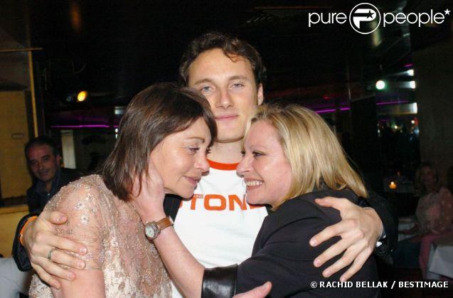 Véronique Sanson auprès de son fils Christopher Stills et de sa soeur Violaine, à Paris, avril 2004.