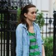 Leighton Meester, détendue et en tongs, révise son texte avant d'entamer le tournage de Gossip Girl. New York, 17 août 2012.