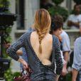 Kaylee DeFer, ultra sexy, ose le dos nu sur le tournage de Gossip Girl. New York, 17 août 2012.