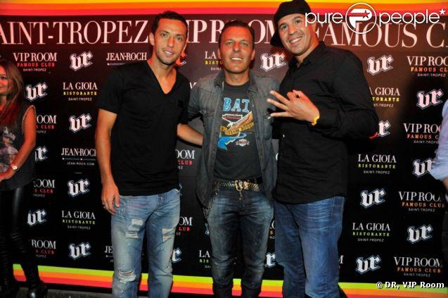 Le footballeur Nenê pose avec Jean-Roch et le DJ Cut Killer au VIP Room de St-Tropez, le dimanche 12 août 2012.