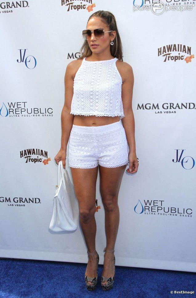 Jennifer Lopez, ultra sexy dans un ensemble blanc accessoirisé d'un sac Hermès et de sandales compensées Lanvin, illumine la pool party de l'hôtel-casino MGM Grand. Las Vegas, le 18 août 2012.