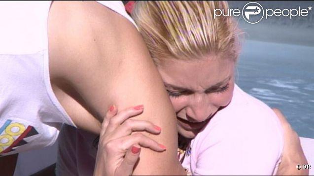 Nadège ne parvient pas à retenir ses larmes. Culpabilise-t-elle du départ de Thomas ? ( Secret Story 6  - samedi 25 août 2012)