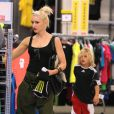 Gwen Stefani en plein shopping avec Kingston, à Los Angeles, le 25 août 2012.