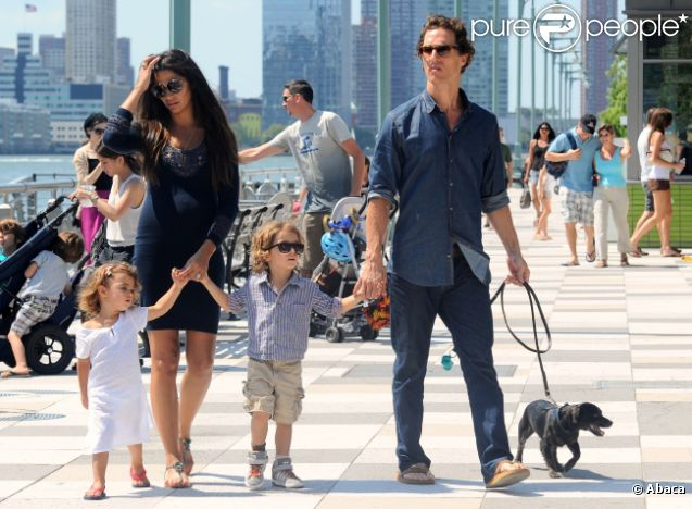 Matthew McConaughey et Camila Alves en balade à New York avec leurs enfants Levi et Vida le 26 août 2012 ; la famille du bonheur