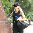 Gwen Stefani, en débardeur, legging et tongs dans le quartier de Sherman Oaks à Los Angeles. Le 30 août 2012.