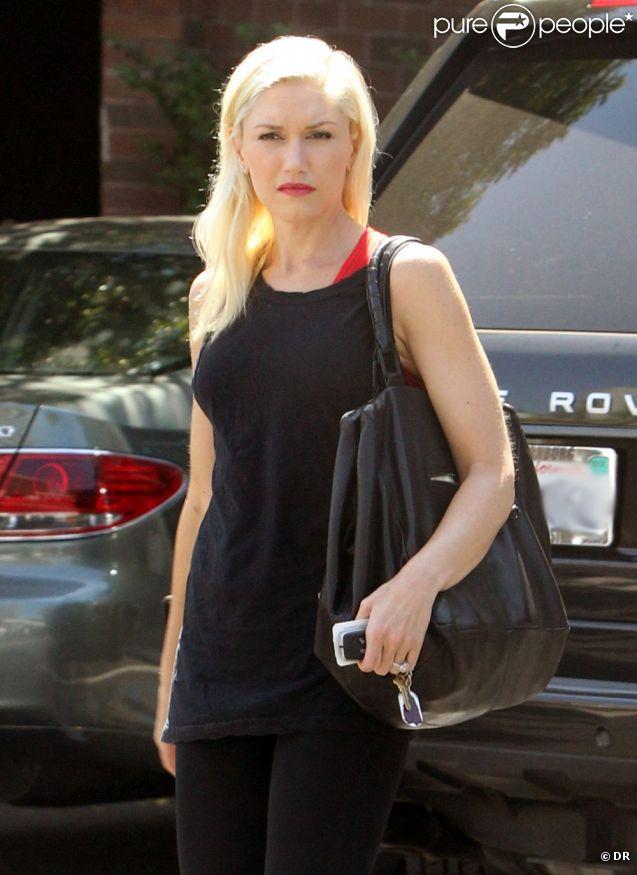 Exclu - Gwen Stefani, en débardeur, legging et tongs dans le quartier de Sherman Oaks à Los Angeles. Le 30 août 2012.