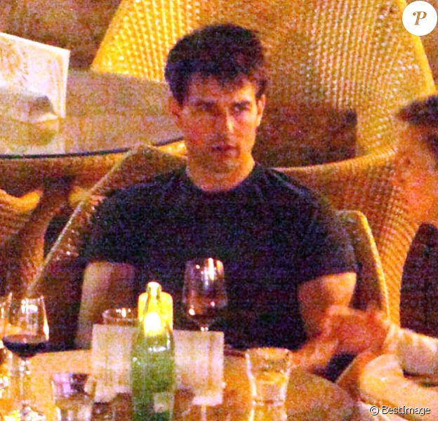 Tom Cruise entouré de quelques amis dans un café Hvar, en Croatie, le vendredi 31 août 2012.