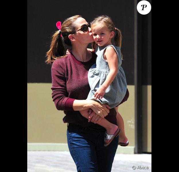 Jennifer Garner et sa fille Seraphina se font un bisou à Los Angeles, le 4 août 2012