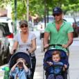 Amy Poehler et son mari Will Arnett, avec leurs fils Abel et Archie à West Village le 12 mai 2012