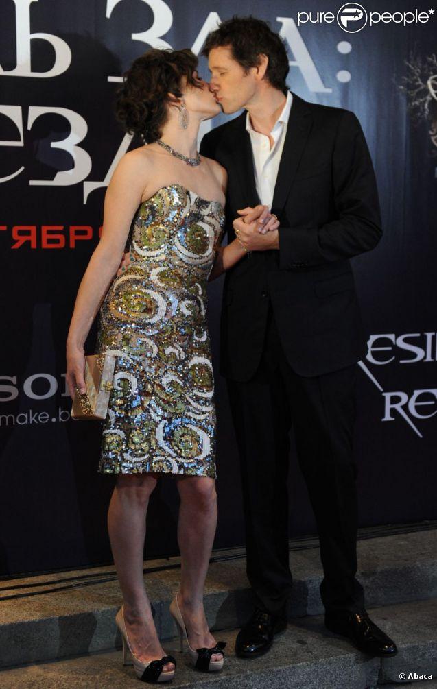 Milla Jovovich et son mari réalisateur Paul Anderson s'embrassent à l'avant-première de  Resident Evil : Retribution  à Moscou, le 6 septembre 2012.