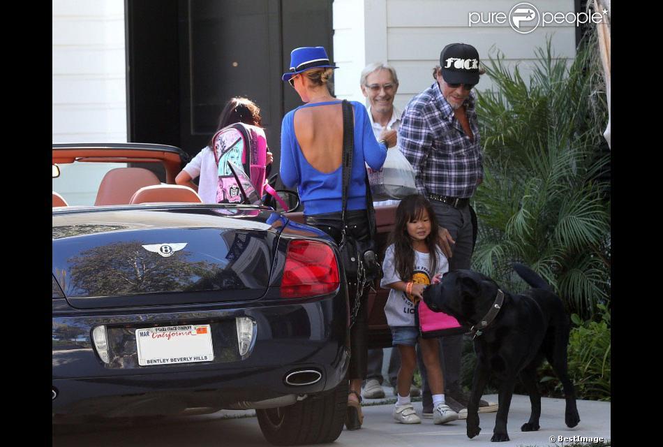 Tr s apais johnny hallyday rentre la maison le 7 septembre avec sa femme laeticia et leurs - Toutes les maisons de johnny hallyday ...