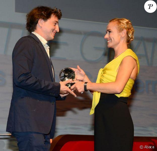 Benh Zeitlin, réalisateur des Bêtes du sud sauvage, reçoit le Grand Prix des mains de la présidente du jury Sandrine Bonnaire lors du Festival de Deauville le 8 septembre 2012