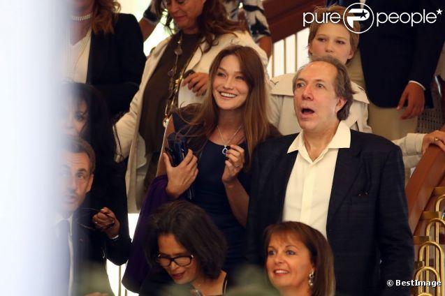Carla Bruni-Sarkozy et Léa Seydoux au mariage de son amie Farida Khelfa et Henri Seydoux, à la mairie du 17arrondissement de Paris, le 1er septembre 2012.