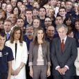 La traditionnelle photo de groupe pour Letizia d'Espagne après sa visite l'exposition du 25e anniversaire des écoles de formation et des ateliers pour l'emploi proposés par le Conseil d'administration du Patrimoine national, à Madrid, le 11 septembre 2012