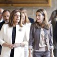 Letizia d'Espagne et la ministre pour l'Emploi, Fátima Báñez, visitent l'exposition du 25e anniversaire des écoles de formation et des ateliers pour l'emploi proposés par le Conseil d'administration du Patrimoine national, à Madrid, le 11 septembre 2012