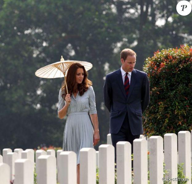Le prince William et son épouse Kate Middleton lors de la visite du cimetière de guerre Kranji Commonwealth le 13 septembre 2012 à Singapour