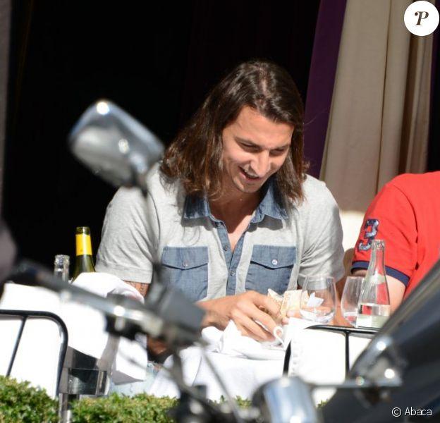 Zlatan Ibrahimovic, ravi de payer au moment de s'offrir un déjeuner en compagnie d'un ami au restaurant L'Avenue à Paris le 19 septembre 2012