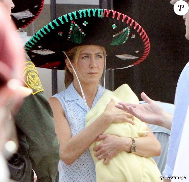 Jennifer Aniston respire le bonheur pour tourner la comédie We're the Millers avec un faux bébé et un sombrero, le 25 septembre au Nouveau-Mexique.