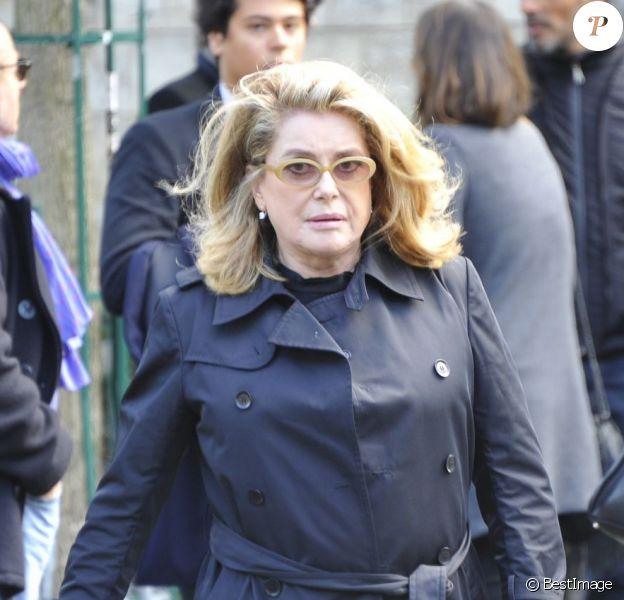 Catherine Deneuve aux obsèques de Luc Barnier, au cimetière Montparnasse à Paris, le 27 septembre 2012.