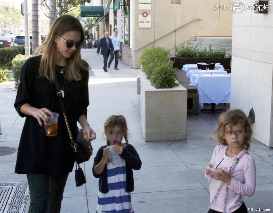 Jessica Alba veille d'un oeil averti sur sa fille Honor et son amie. Los Angeles, le 8 octobre 2012.